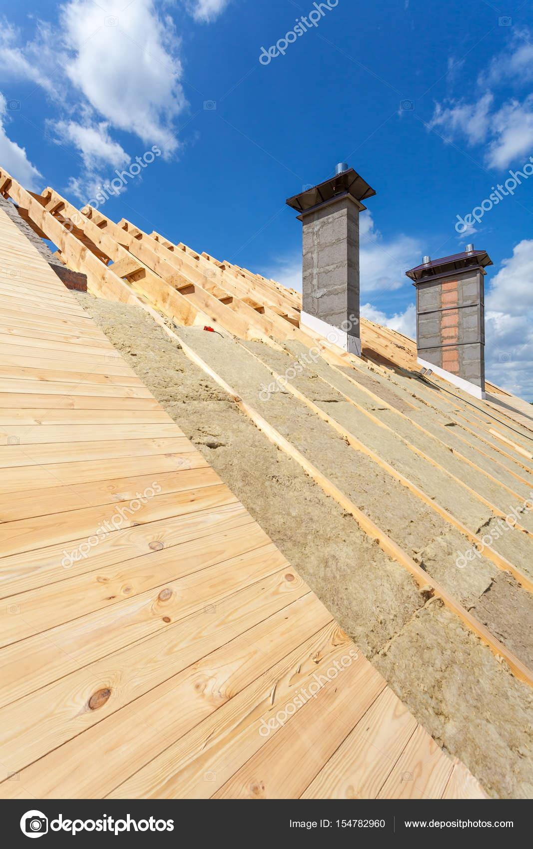 Aislamiento de la azotea. Casa de madera nueva en construcción con ...
