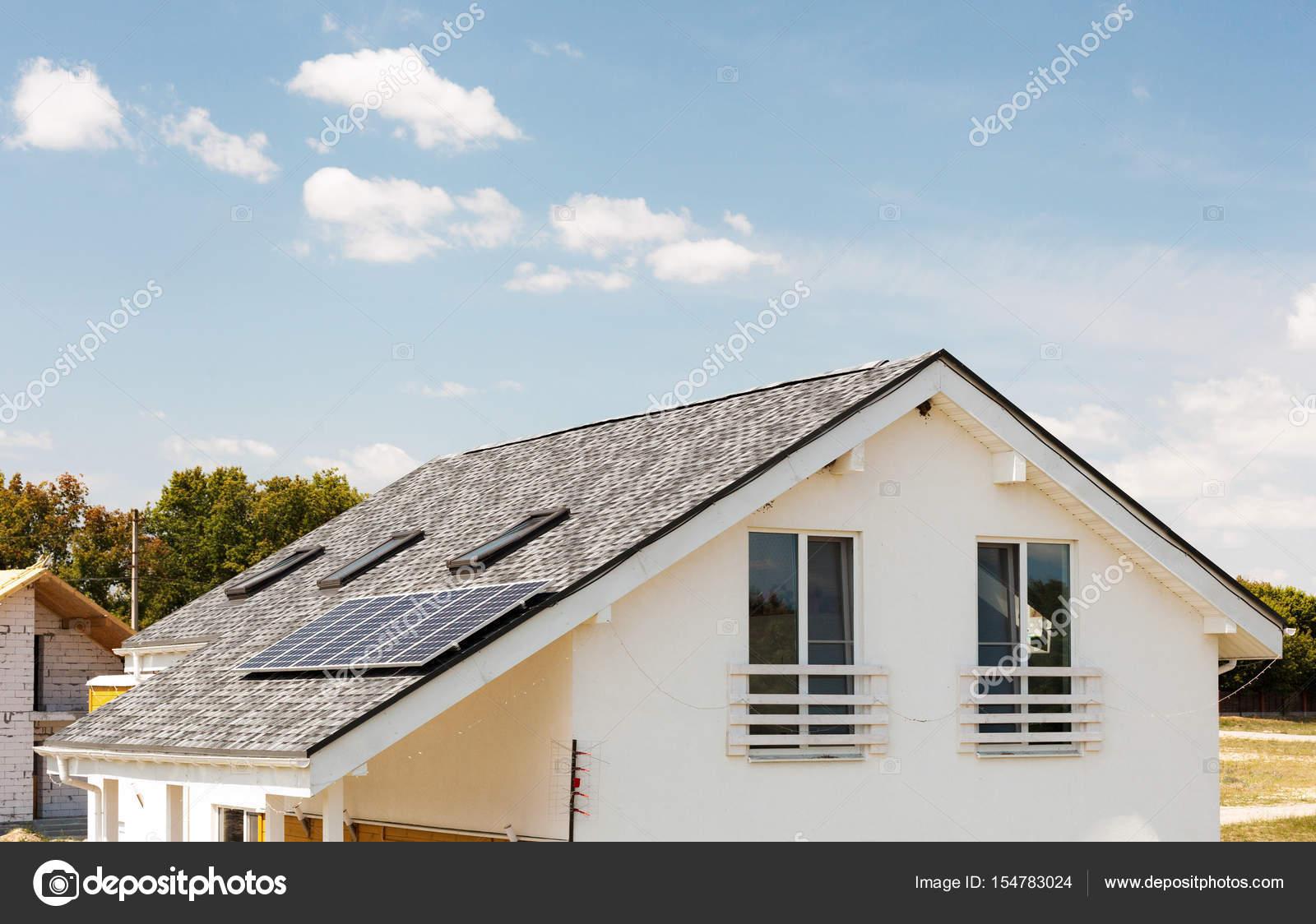 Awesome Solare Wasser Panel Heizung Auf Neue Haus Dach Mit Oberlichtern Gegen  Blauen Himmel U2014 Stockfoto