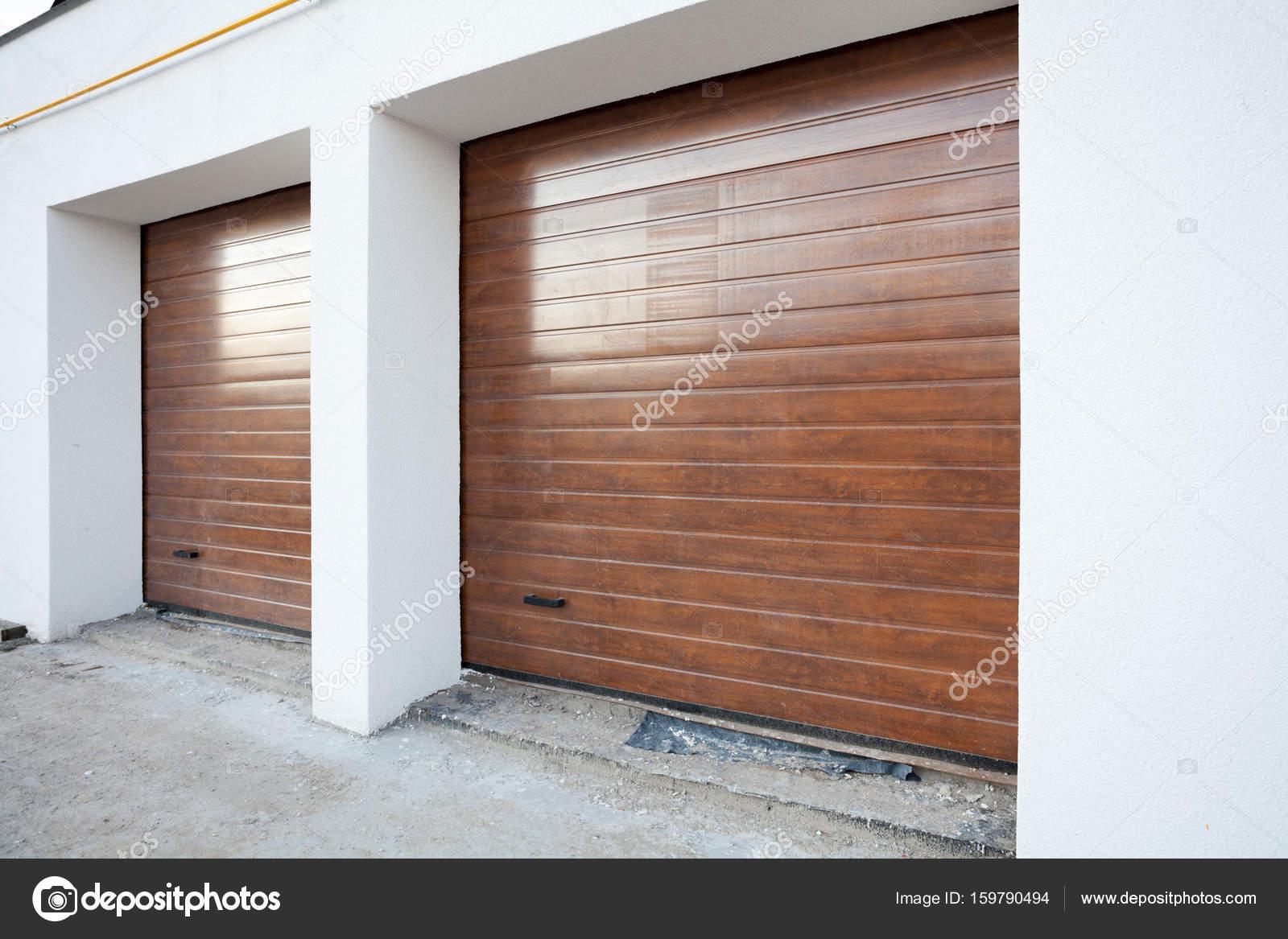 Tür Garage Haus braune doppelgarage tür in ein neues haus stockfoto brizmaker
