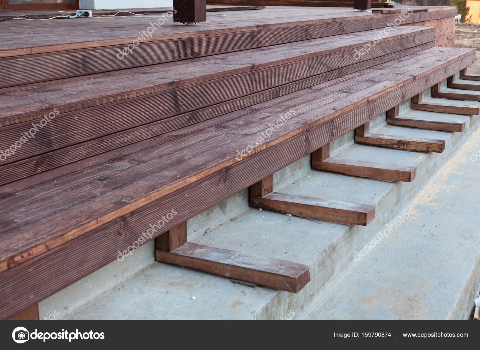 Bouwen van een trap naar het houten terras stockfoto for Trap bouwen