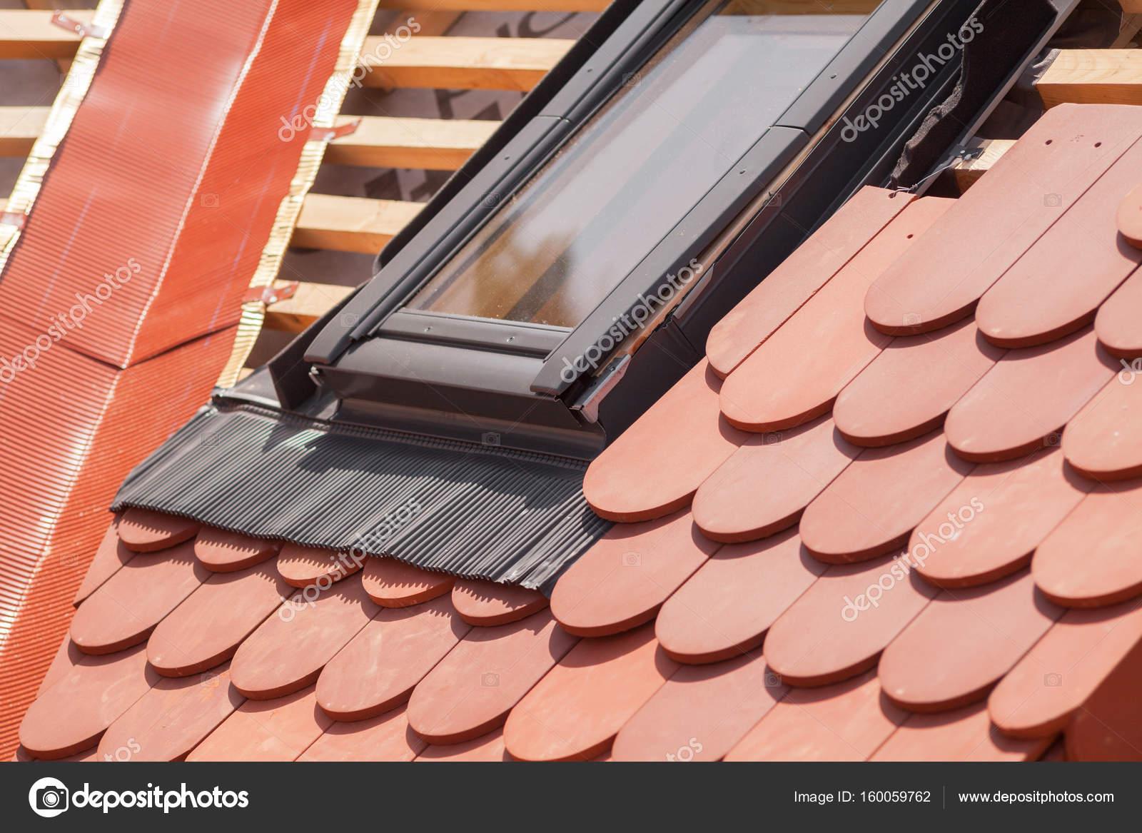 Nuevo techo en construccin con vigas de madera impermeabilizacin