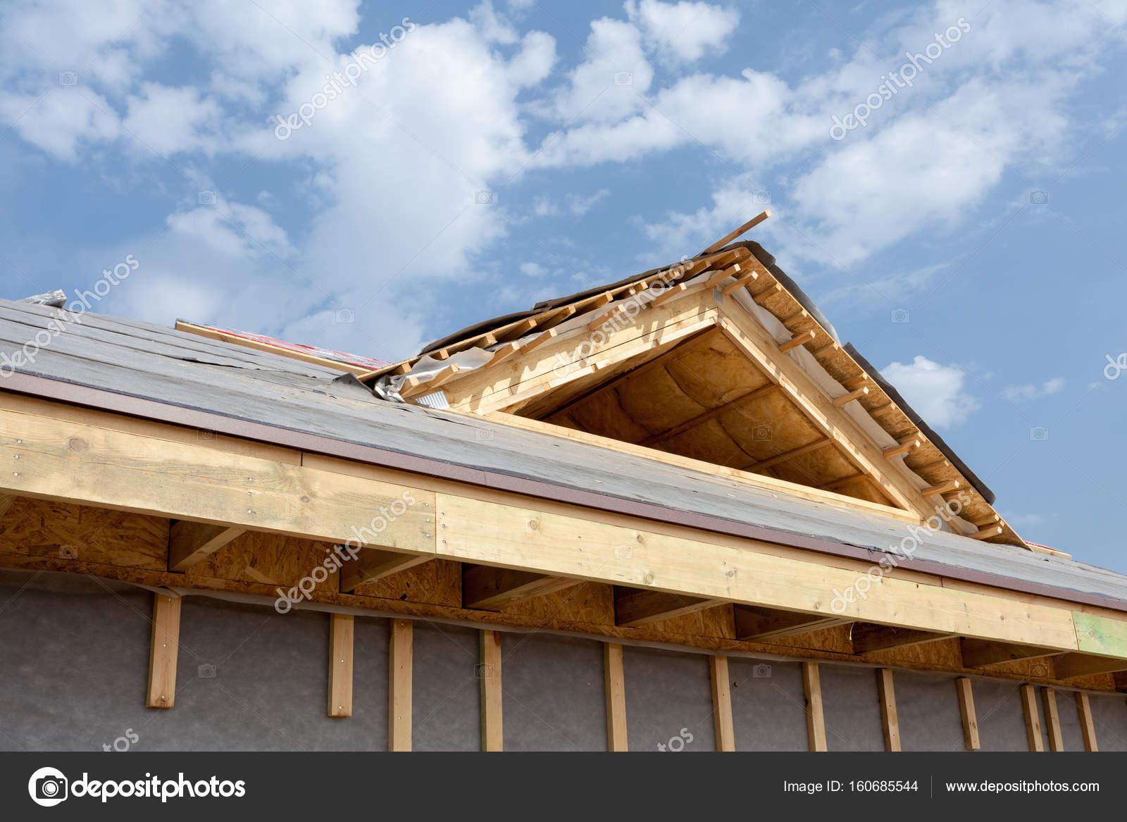 Neues Fachwerkhaus im Bau. Dach mit Schindeln, Schornstein und ...