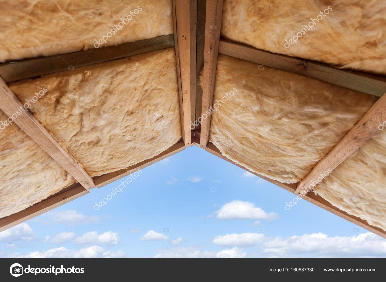 Fiberglas Isolierung installiert in der Dachschräge eines neuen ...