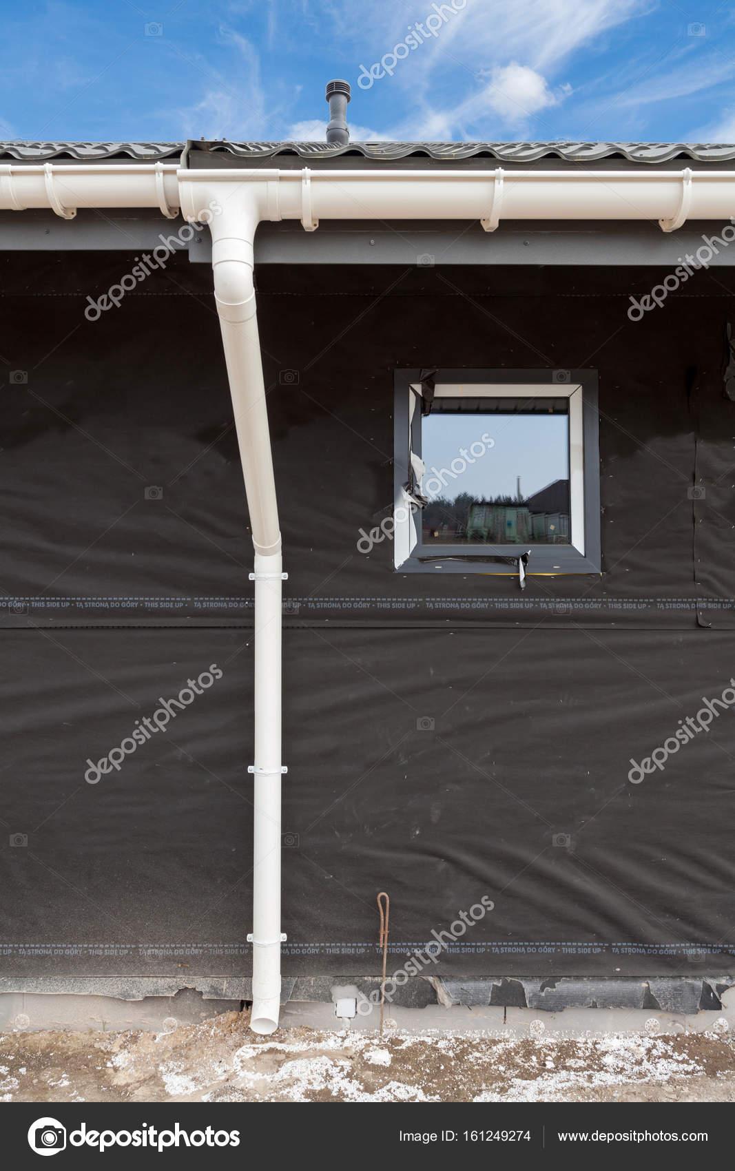 sip panel hausbau neues grau metall ziegel dach mit wei en regenrinne stockfoto brizmaker. Black Bedroom Furniture Sets. Home Design Ideas