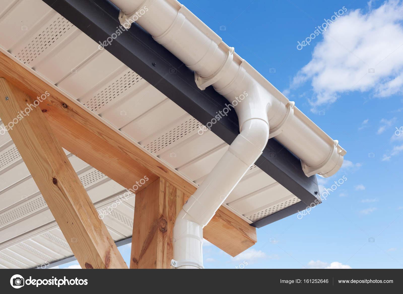 SIP-Panel-Hausbau. Neue weiße Regenrinne. Drainage-System mit ...