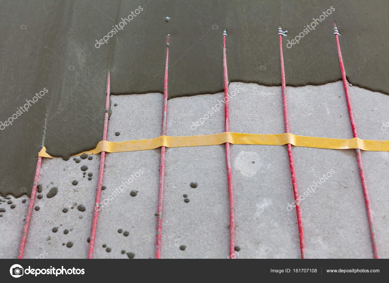 Elektrische Fußbodenheizung System Installation Im Neuen Haus. Nahaufnahme  Von Beton Und Rote Elektrische Leitungen U2014 Foto Von Brizmaker