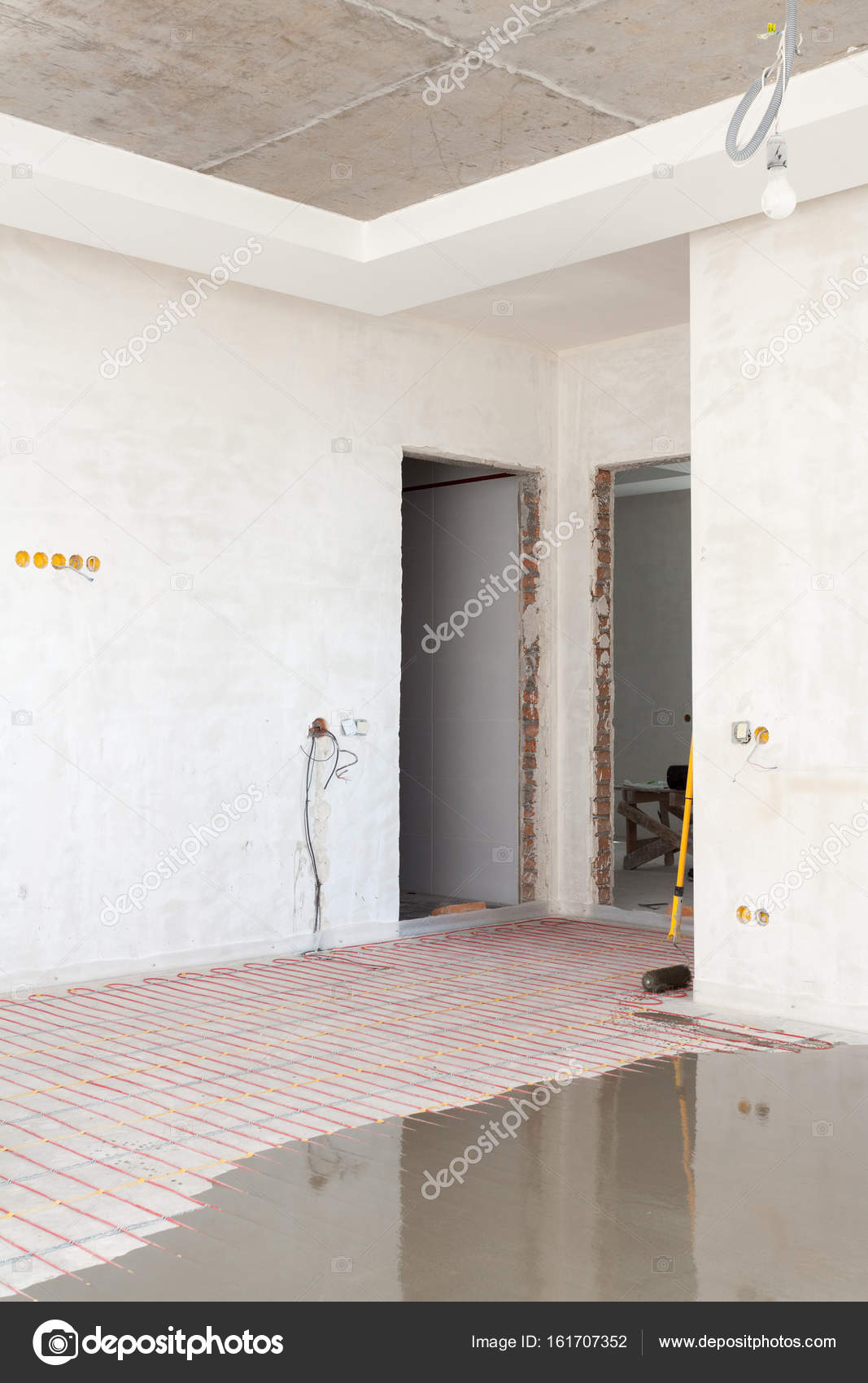 Elektrische Fußbodenheizung System Installation Im Neuen Haus. Zimmer Mit Weißen  Wänden, Zement Und Elektrische Leitungen U2014 Foto Von Brizmaker