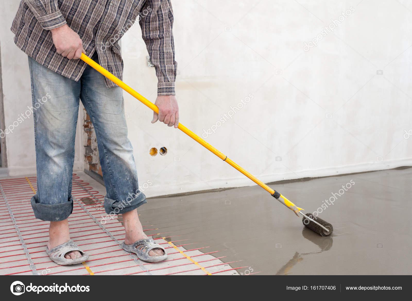 Elektrische Fußbodenheizung System Installation Im Neuen Haus. Walze Für  Strömenden Betonboden U2014 Foto Von Brizmaker