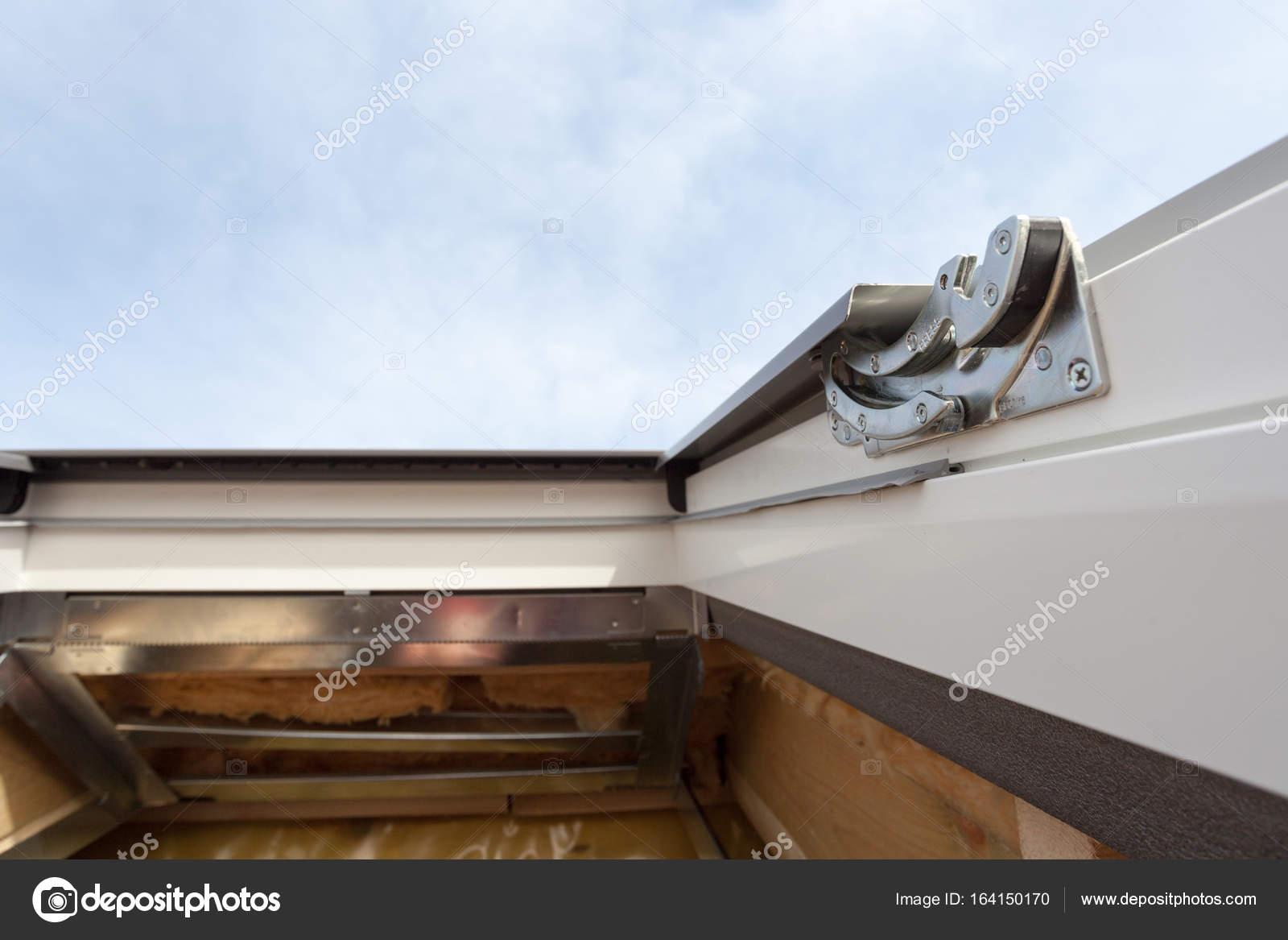 Gros plan de l\'élément en plastique (mansardé) ou fenêtre lucarne ...