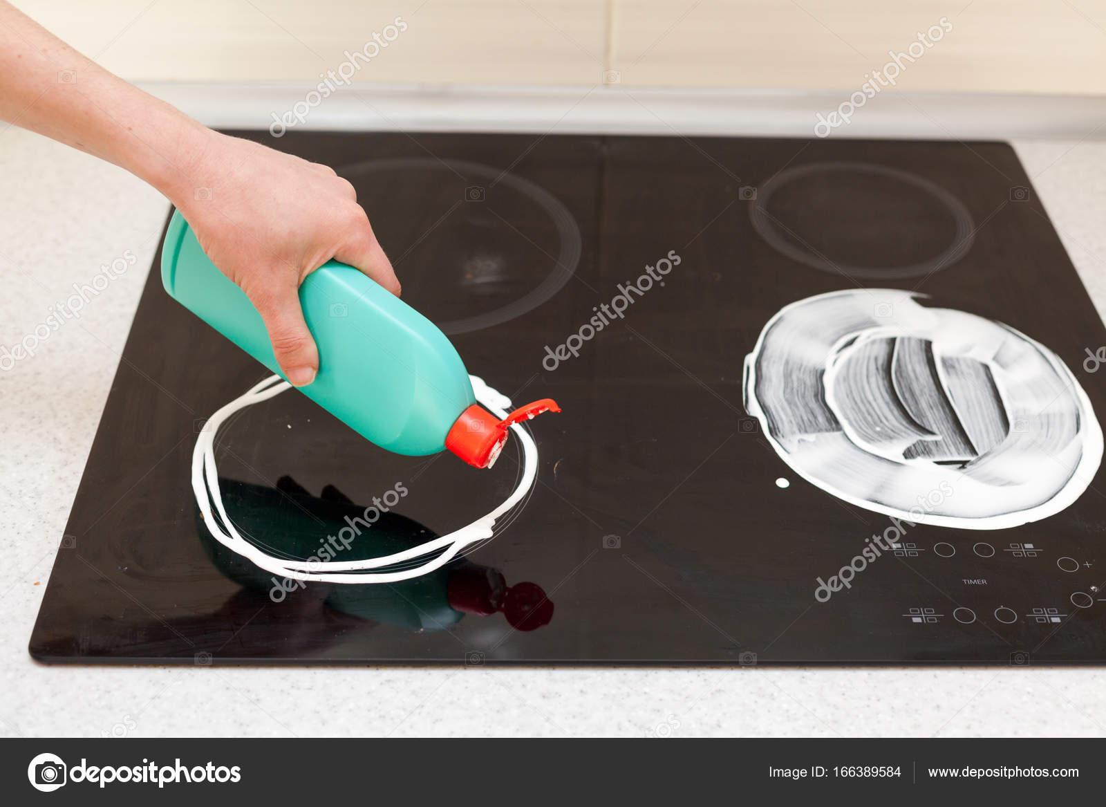 Manos de mujer con botella de detergente para fregadero de cocina de ...
