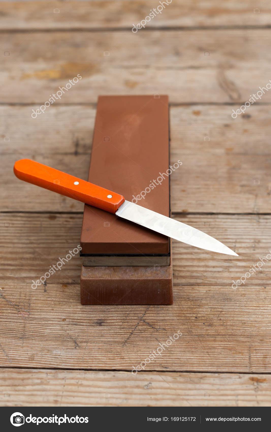 Scharfe Messer Mit Schleifstein Scharfen Stockfoto C Brizmaker