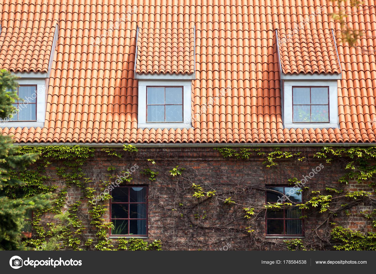 Vieux Toit Bardeaux Céramique Rouge Avec Lucarnes Mur Avec Hederacea ...