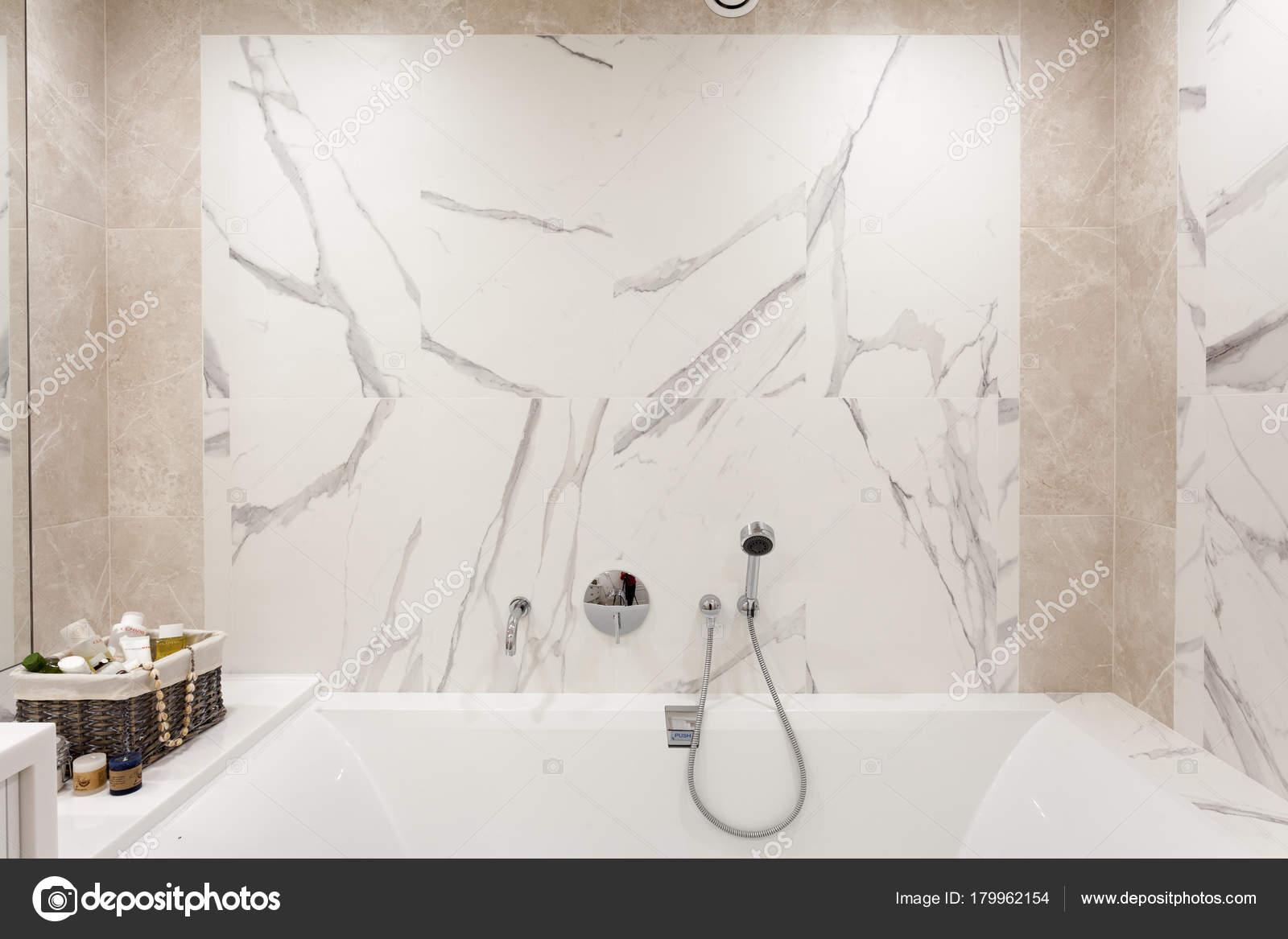 intrieur de la salle de bain salle de bains lumineuse avec nouvelles tuiles chrome douche robinet salle de bain blanc image de brizmaker
