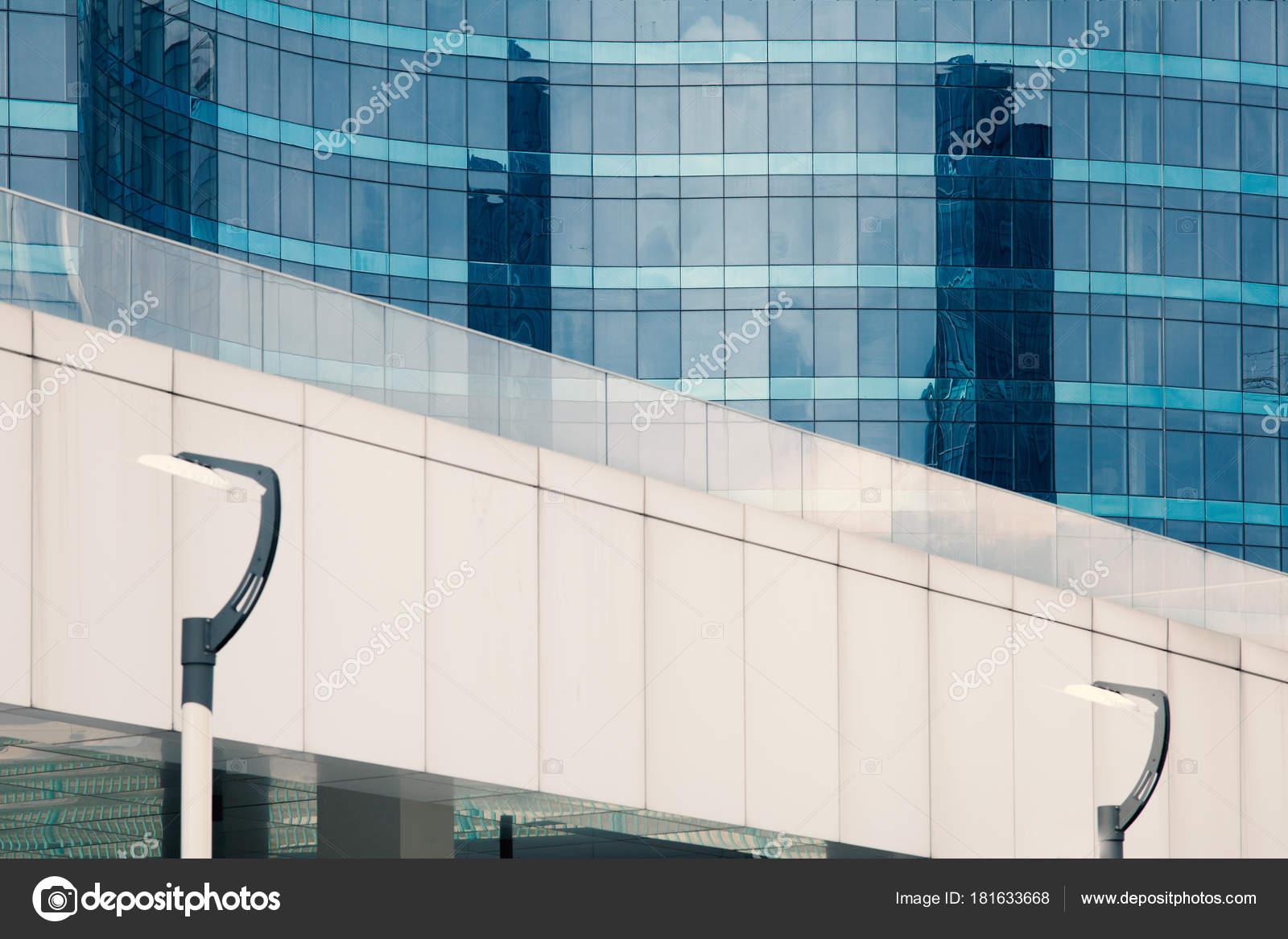 Moderno edificio con architettura vetro facciata vetro edificio