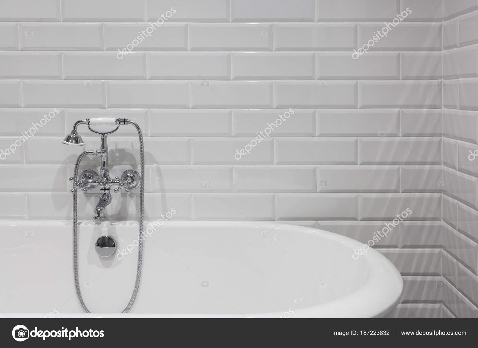 Badkamer Douche Kranen : Lichte badkamer met nieuwe tegels chrome douche kraan witte