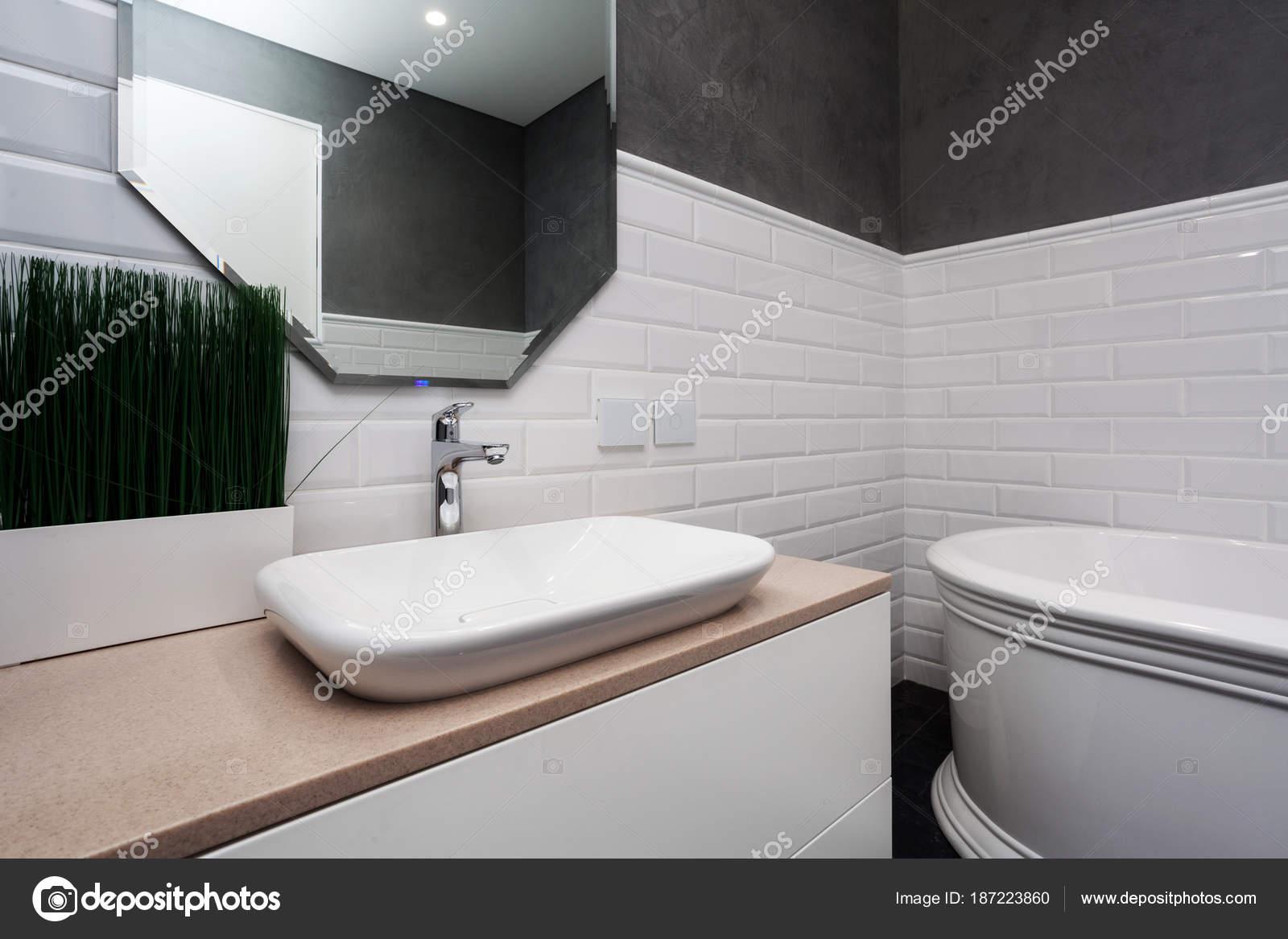 Badkamer Lichte Tegels : Badkamer interieur lichte badkamer met nieuwe tegels nieuwe wastafel