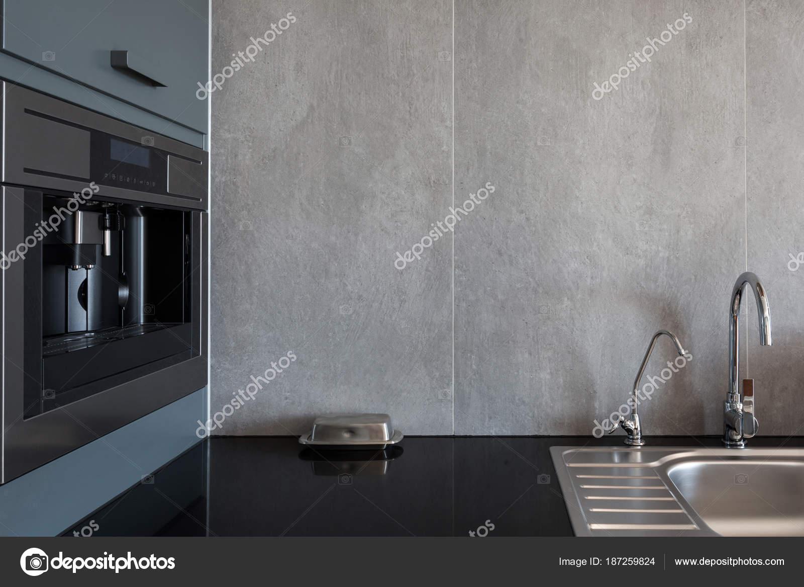 Nieuwe moderne witte keuken met ingebouwde oven chroom water kraan