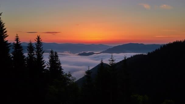 Časová prodleva plovoucí mraky mezi horami na pozadí sunrise