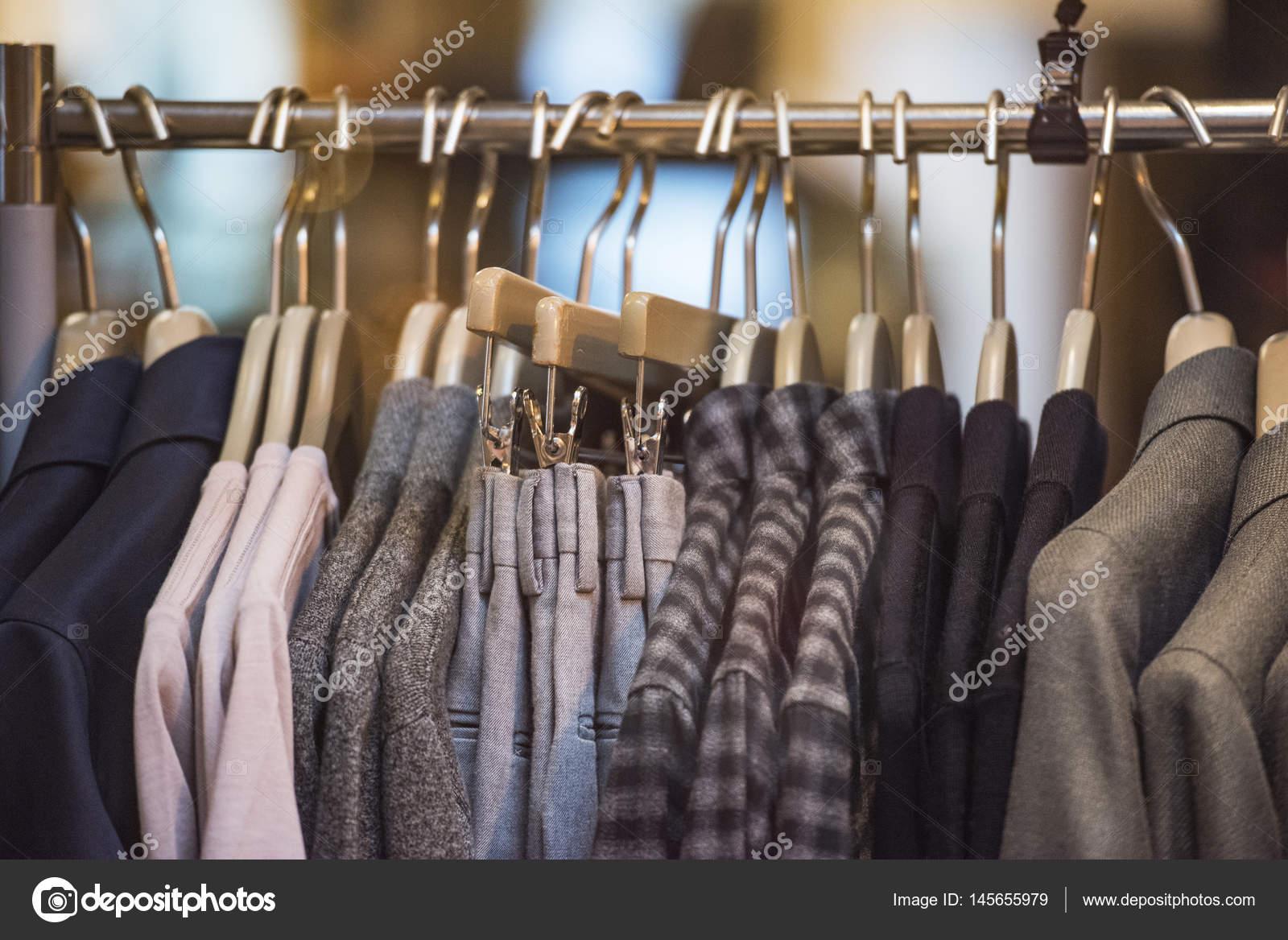 a87dcd23dd24 Κατάστημα μόδας - ρούχα σε κρεμάστρες — Φωτογραφία Αρχείου ...
