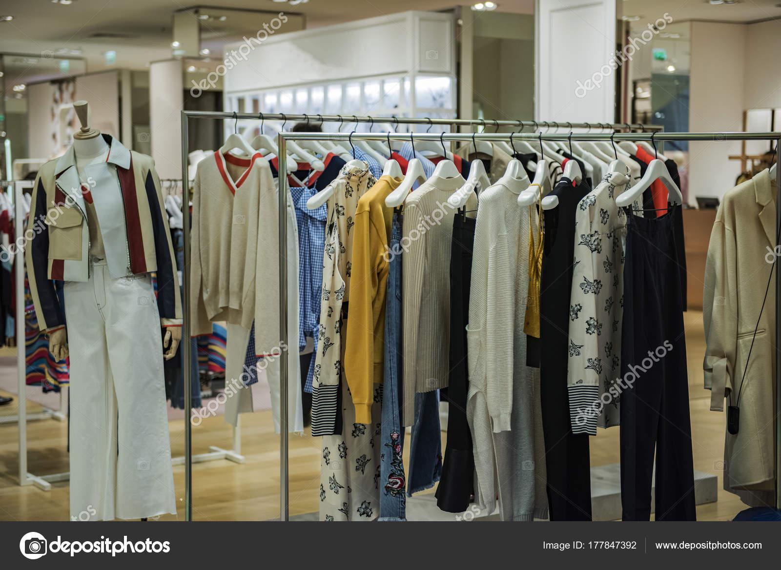 a9ec61561eb3 Donne eleganti vestiti in un negozio di lusso a Parigi– immagine stock