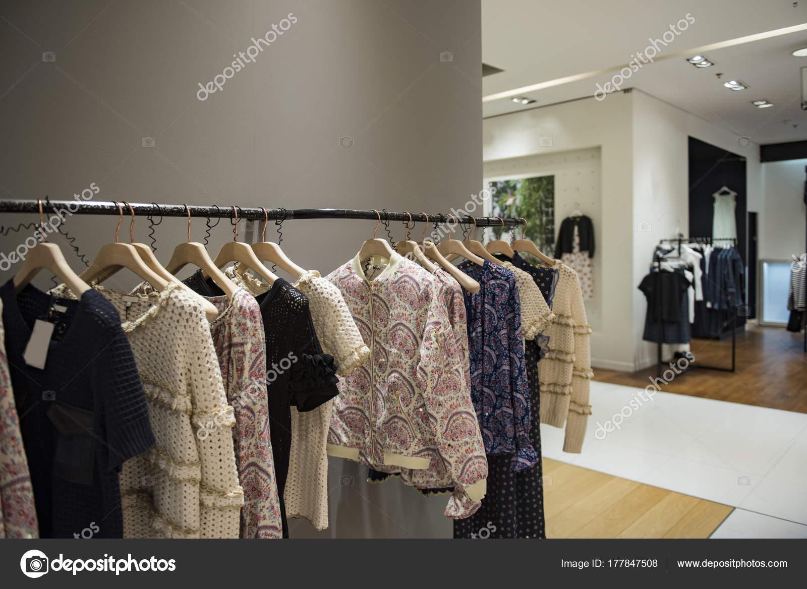 ed5a4a3c6988 Donne eleganti vestiti in un negozio di lusso a Parigi — Foto di ...
