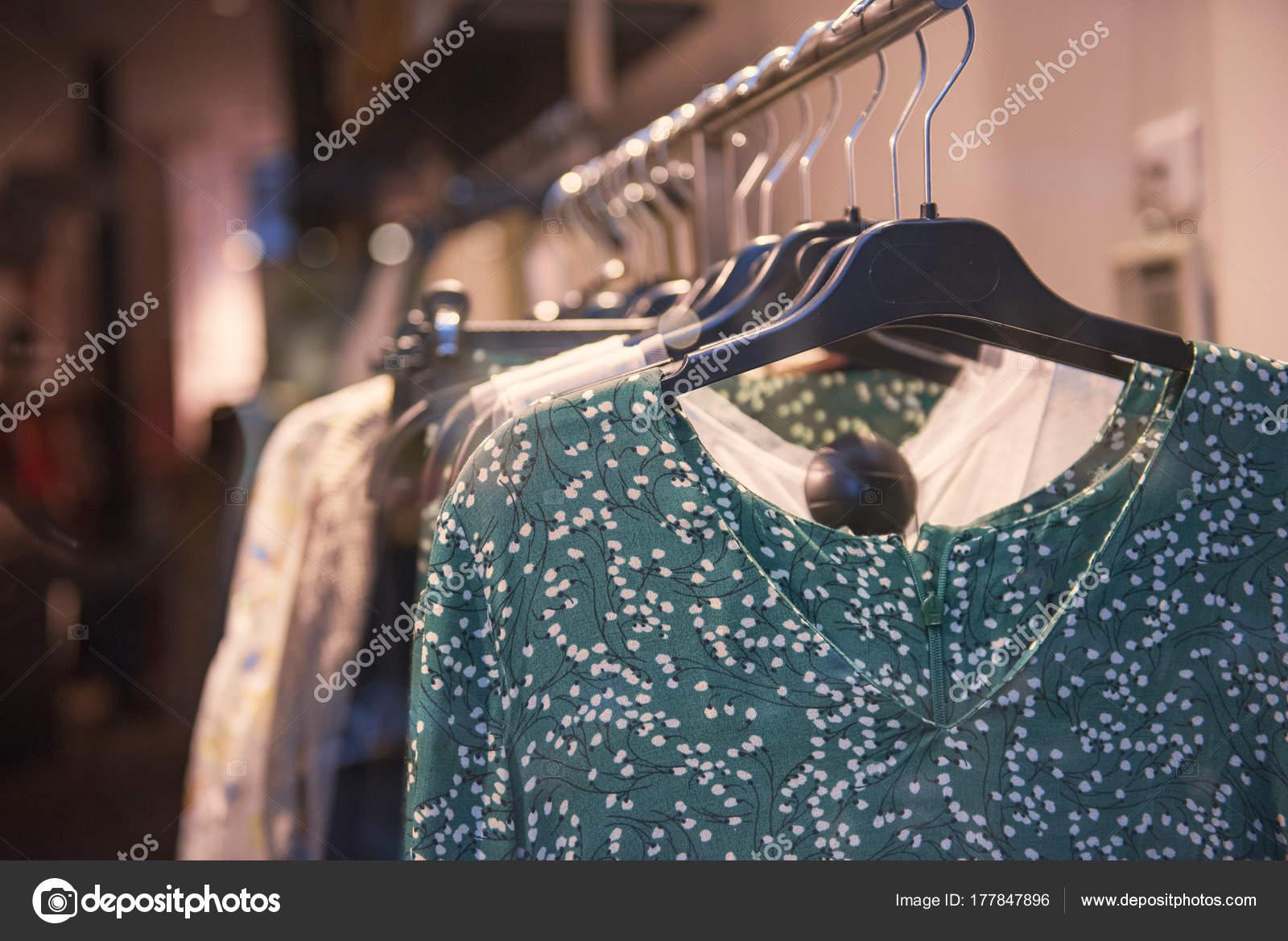 cbcb42d87743 Vestiti alla moda in un negozio boutique a Parigi — Foto di AGCreativeLab