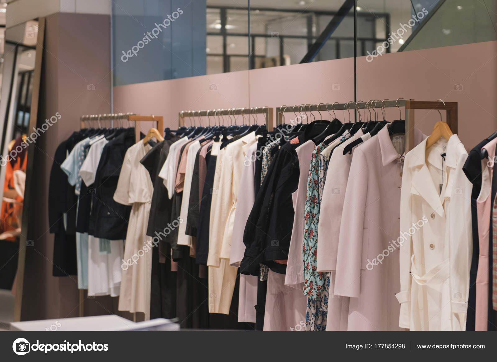 a249d7dce Fotos: tiendas de ropa | Ropa Mujer Una Tienda París — Foto de stock ...