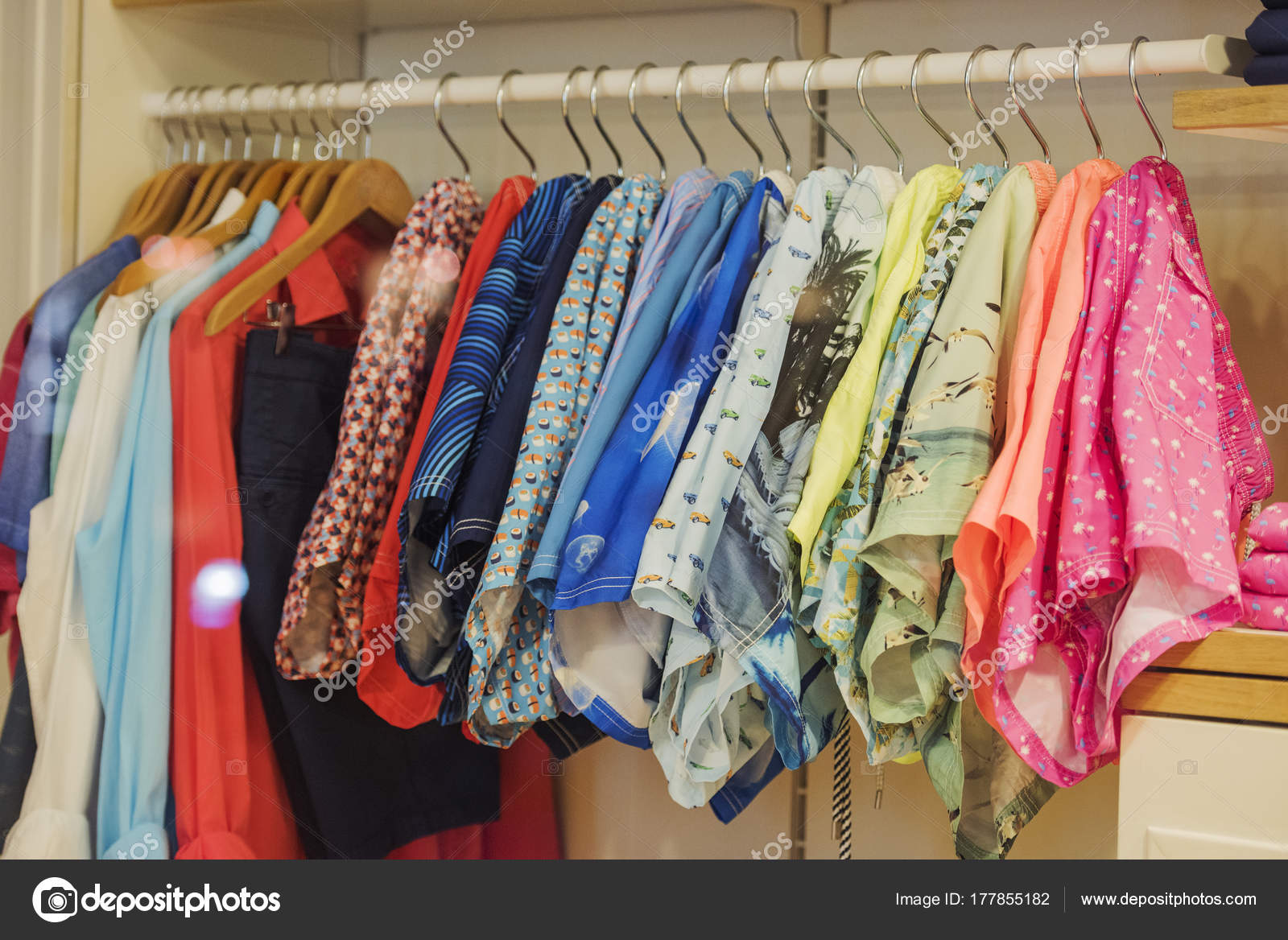 10686251a58 Foulards et vêtements dans un magasin à Paris– images de stock libres de  droits