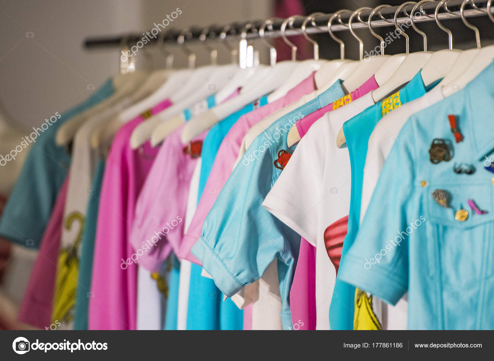 5c87674a4d8a Donna elegante Abbigliamento in un negozio a Parigi — Foto di ...