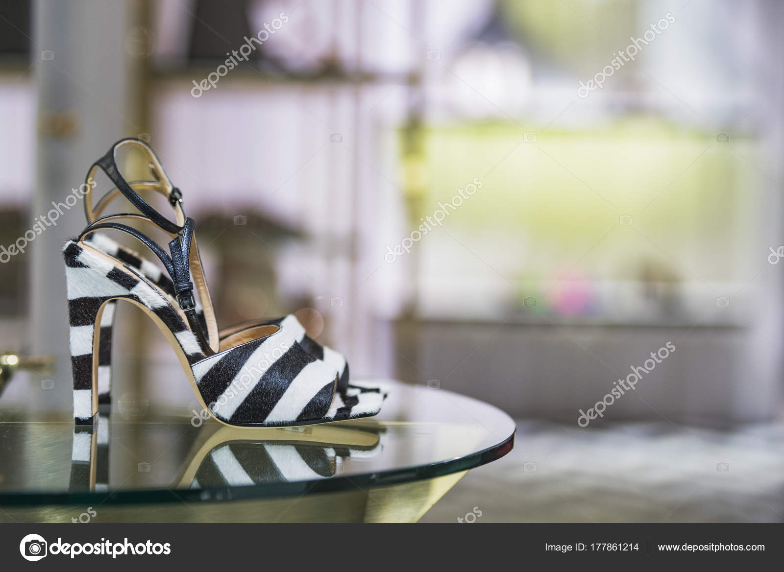 Femme Dans Luxe Magasin Paris — Photographie Chaussures j4ALq5R3