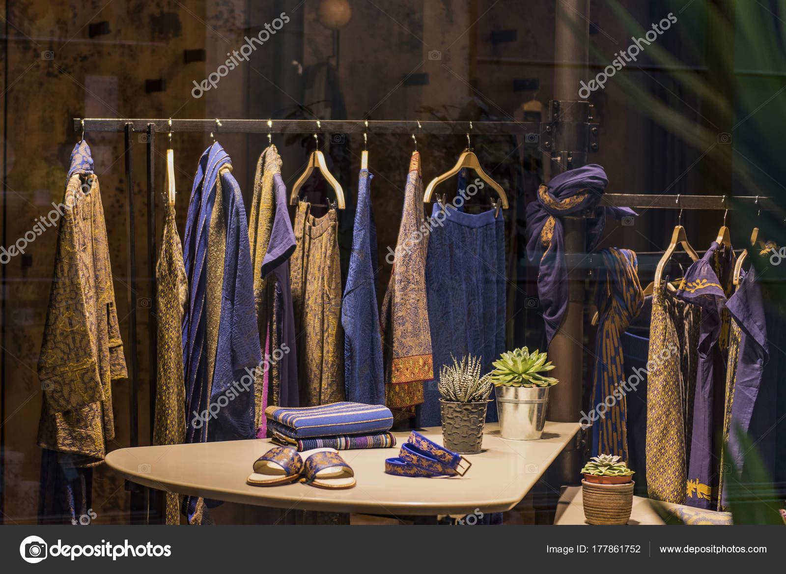 5ff33f87ebece Paris Kadın Giyim Mağaza — Stok Foto © AGCreativeLab #177861752