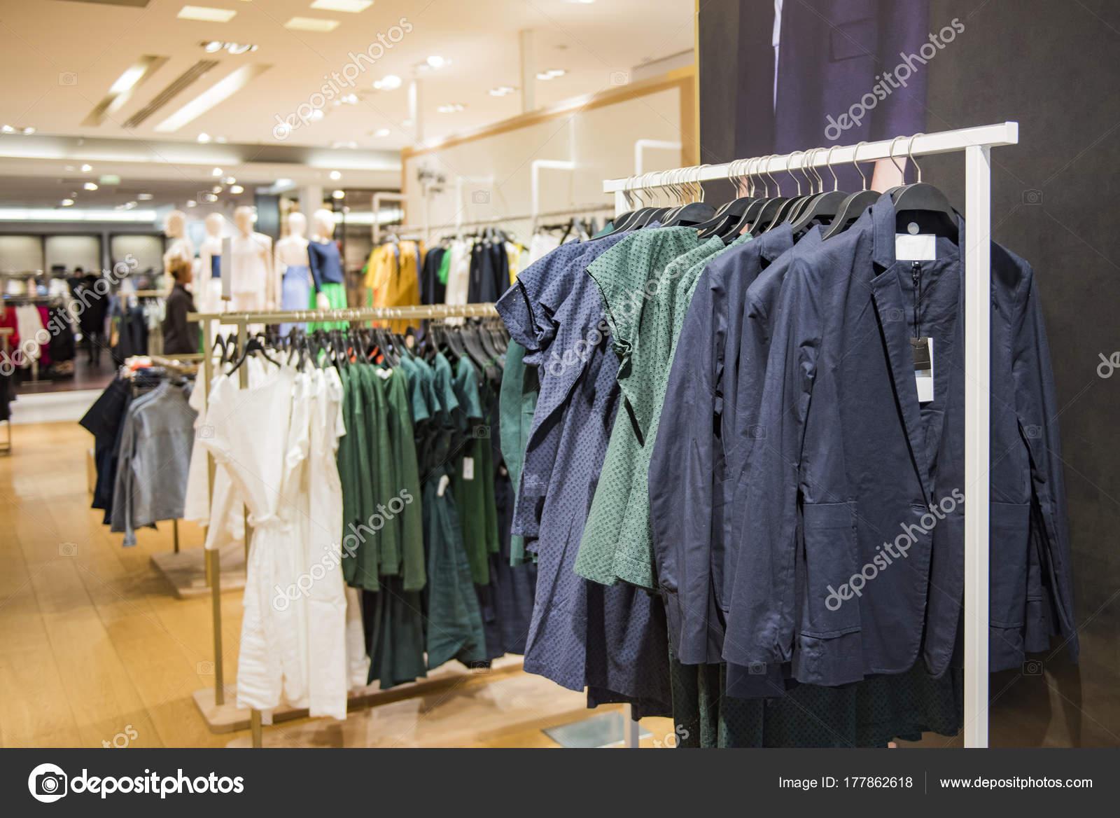 new styles ddb0f e4cea Negozio Abbigliamento Donna Parigi — Foto Stock ...