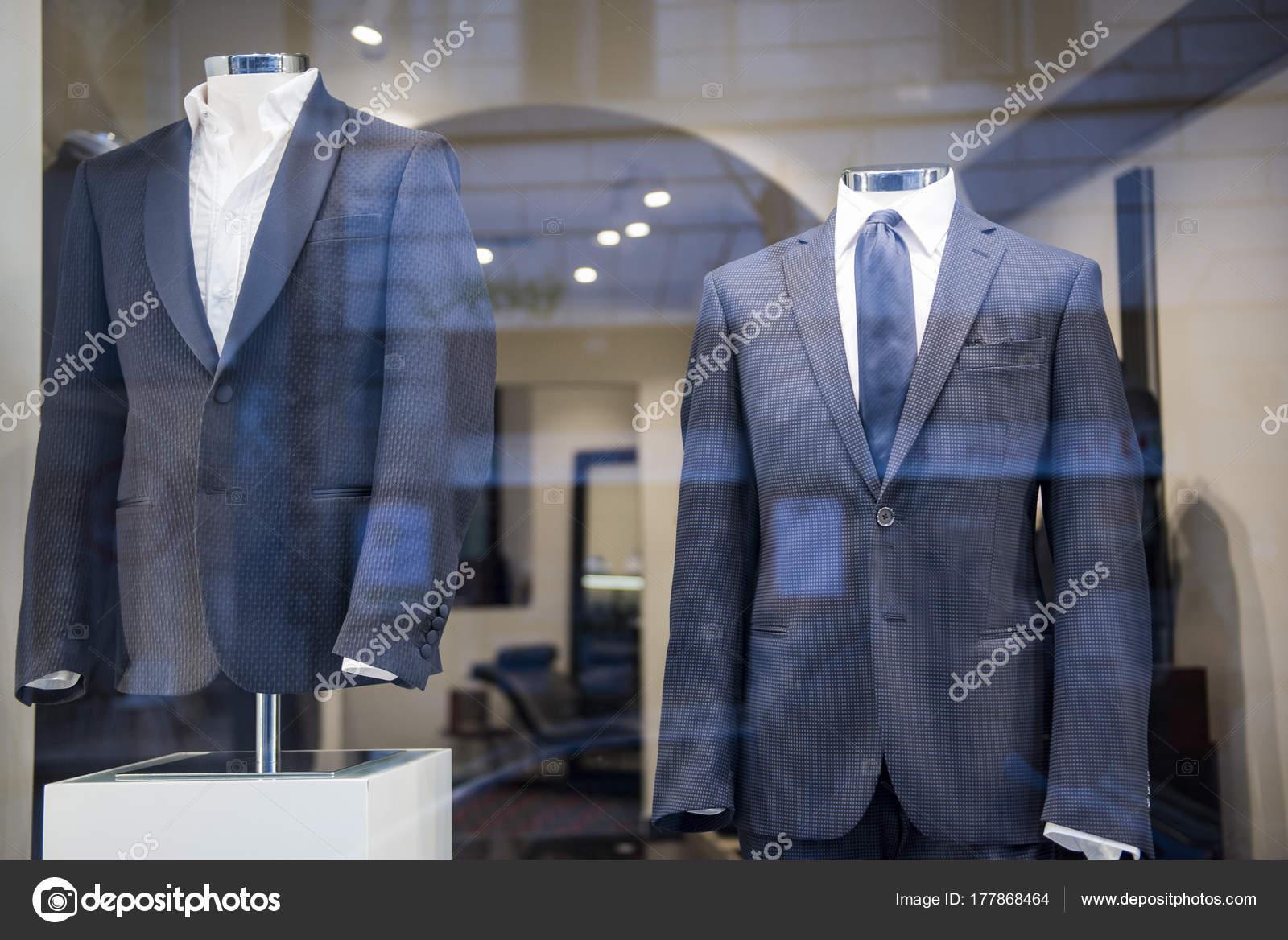 e78be66eaf3 Costumes Hommes Dans Magasin Vêtements Luxe — Photographie ...