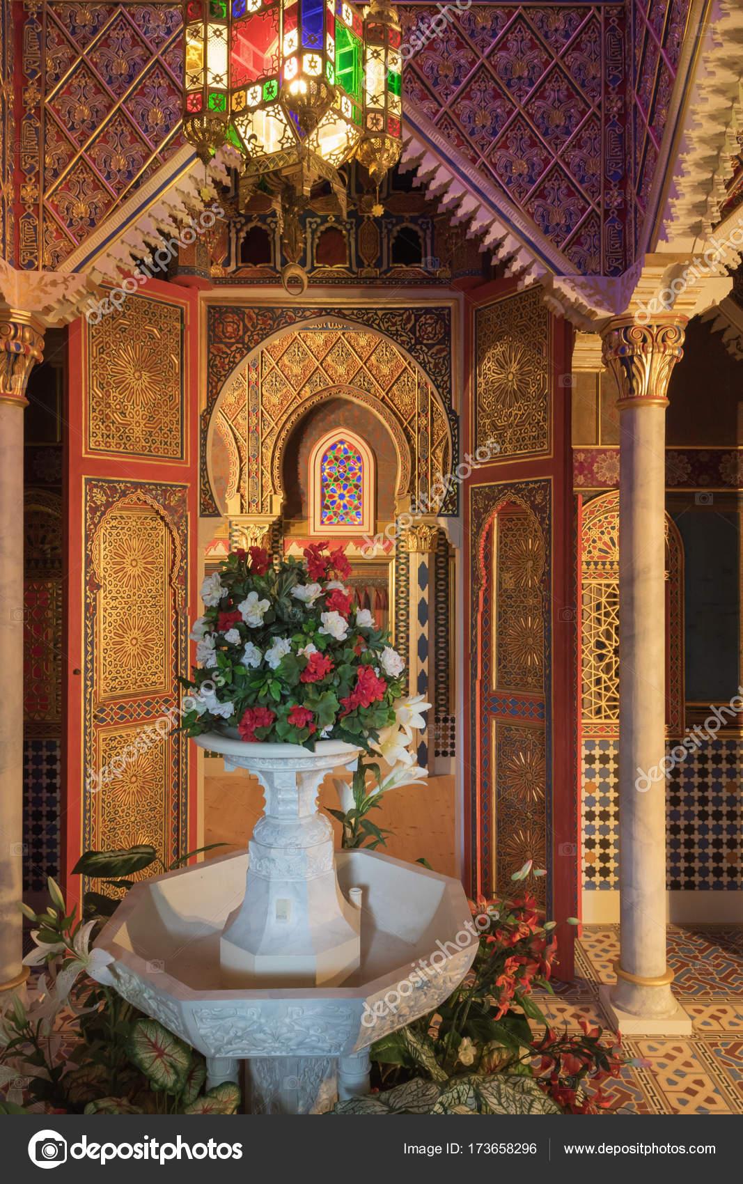 https://st3.depositphotos.com/5354242/17365/i/1600/depositphotos_173658296-stockafbeelding-exotische-interieur-in-het-marokkaanse.jpg
