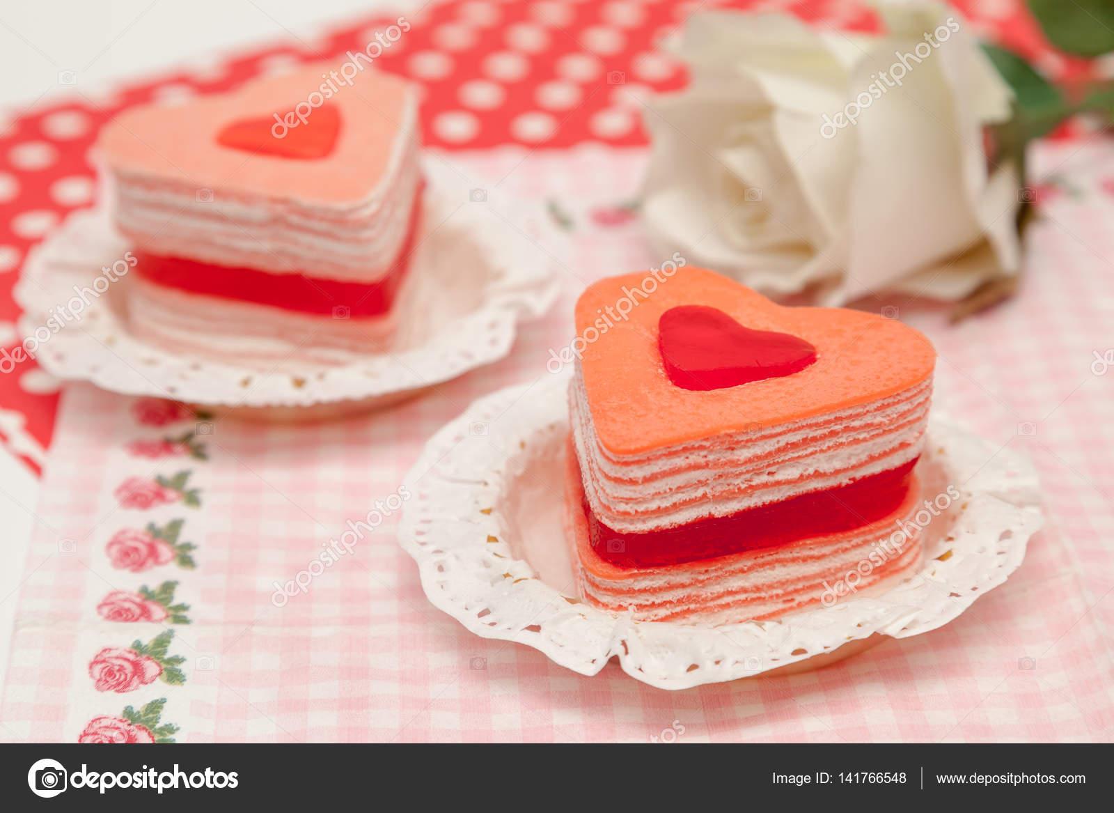 Dolce Di Crepe Di Forma Di Cuore Per San Valentino Foto Stock