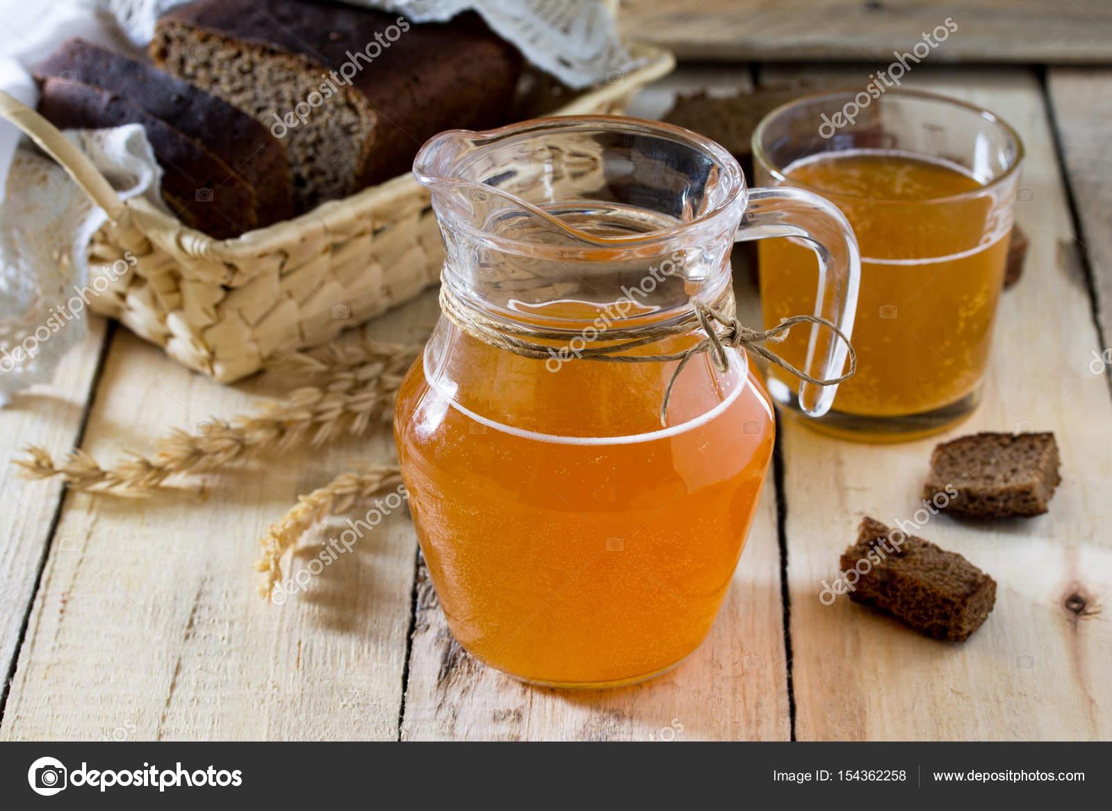 Traditionelle russische kalte Roggen Getränke Kwas in ein Glas und ...