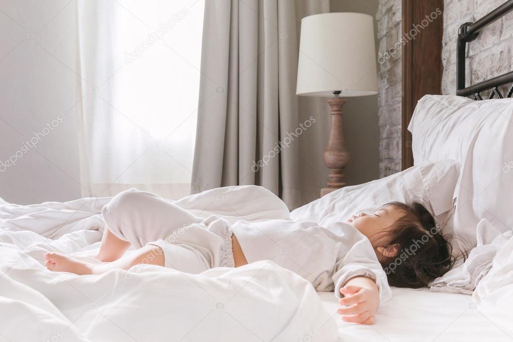 Bed Voor Kind 2 Jaar.Jonge Baby 2 3 Jaar Slapen Op Het Bed In De Ochtend