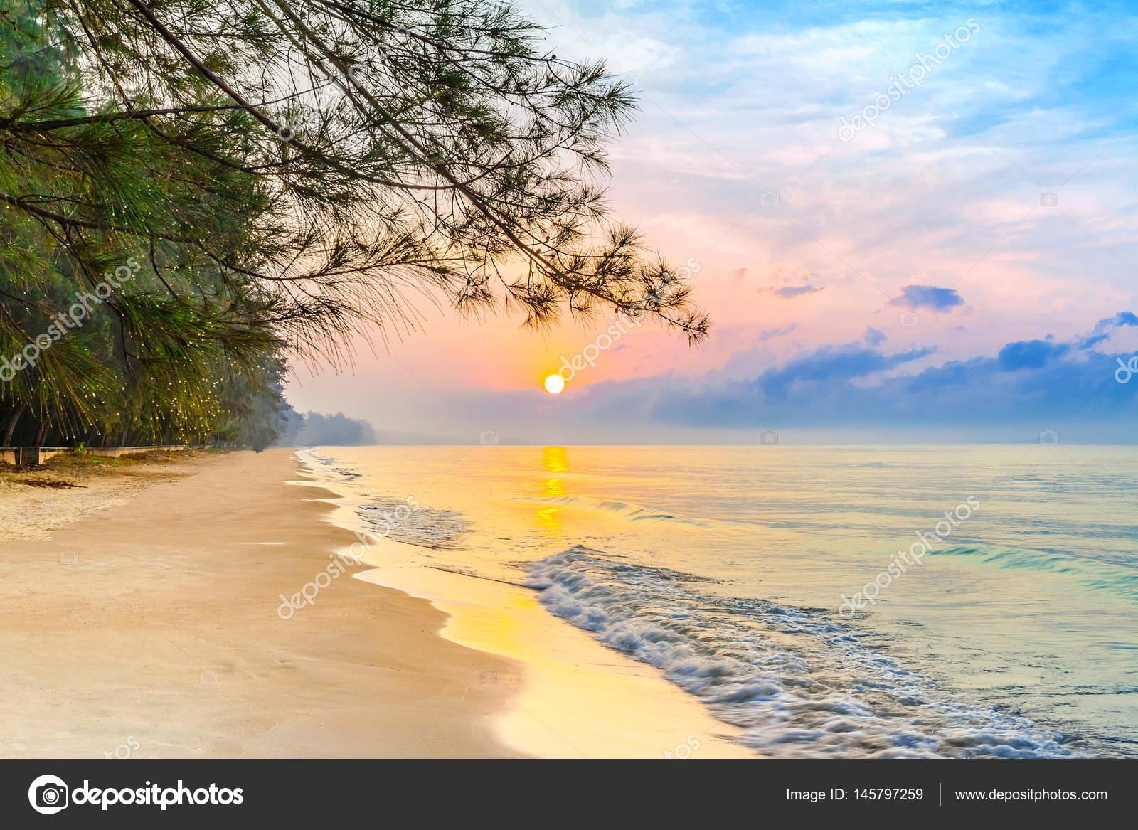 Piękny Wschód Słońca Na Tropikalnej Plaży Trochę Fale I