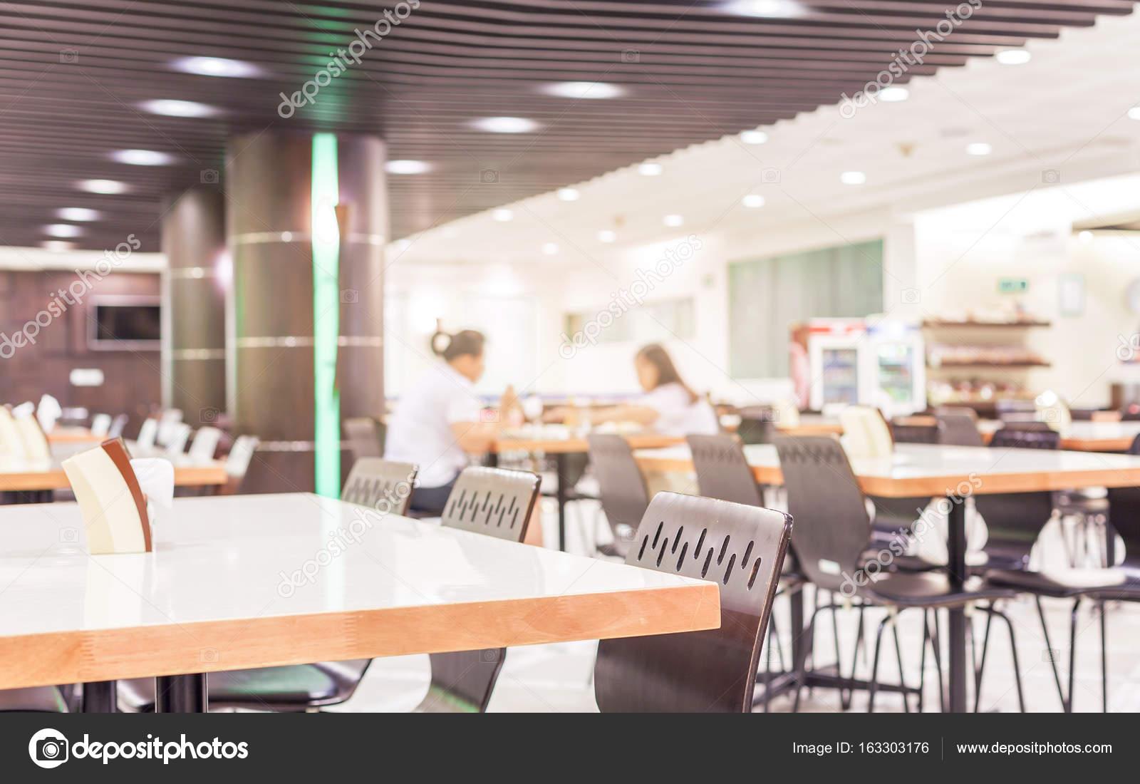 Modern interieur van cafetaria of kantine met stoelen en tafels ...