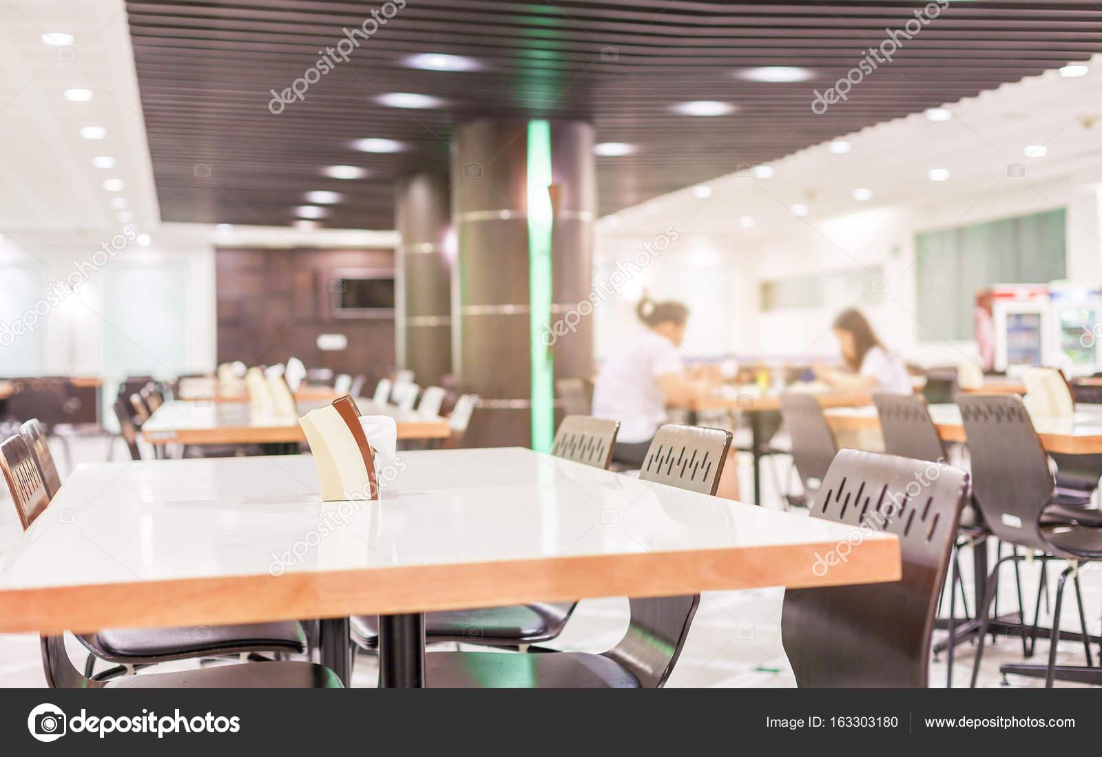 modern interieur van cafetaria of kantine met stoelen en tafels stockfoto