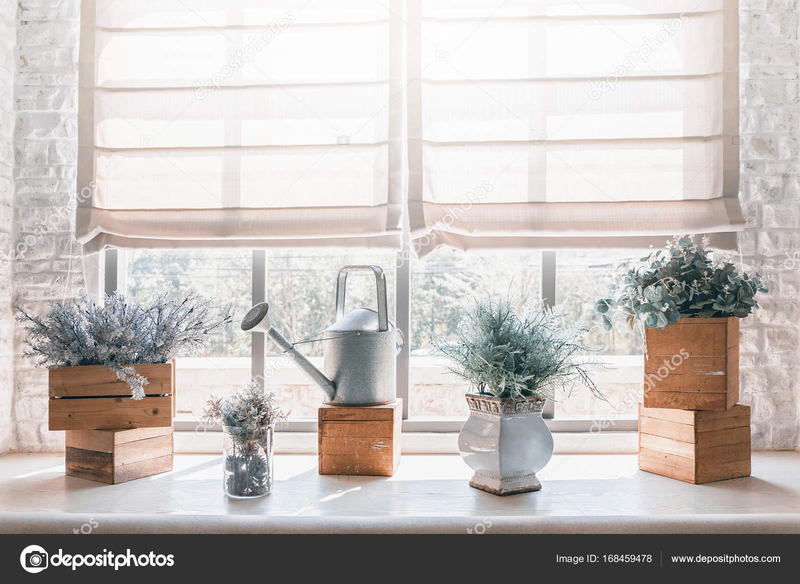 Vintage Deko Vase Mit Giesskanne Vor Fenster Stockfoto C Dumrongsak