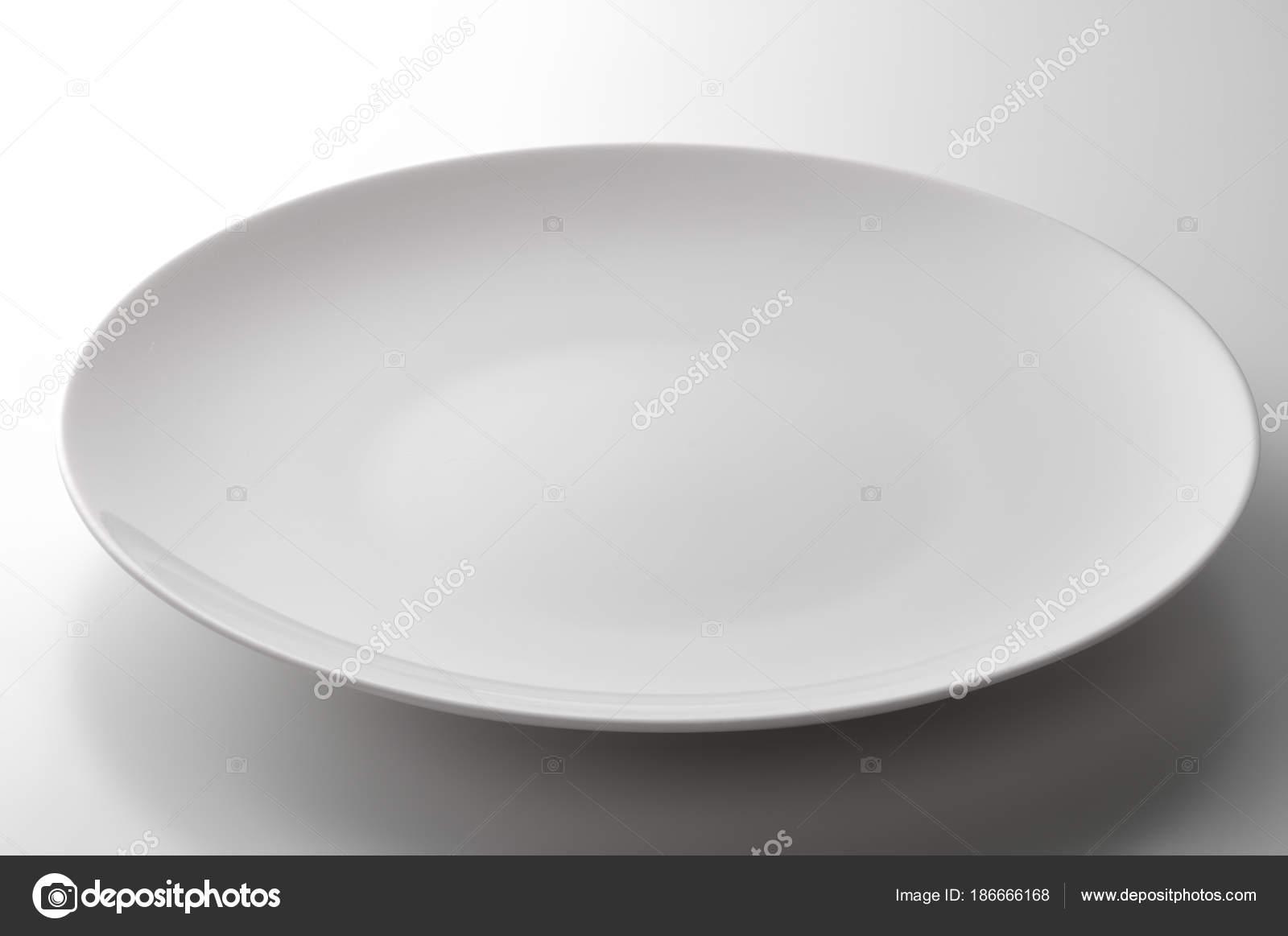 Lege witte ronde plaat op witte tafel u2014 stockfoto © antoniotruzzi