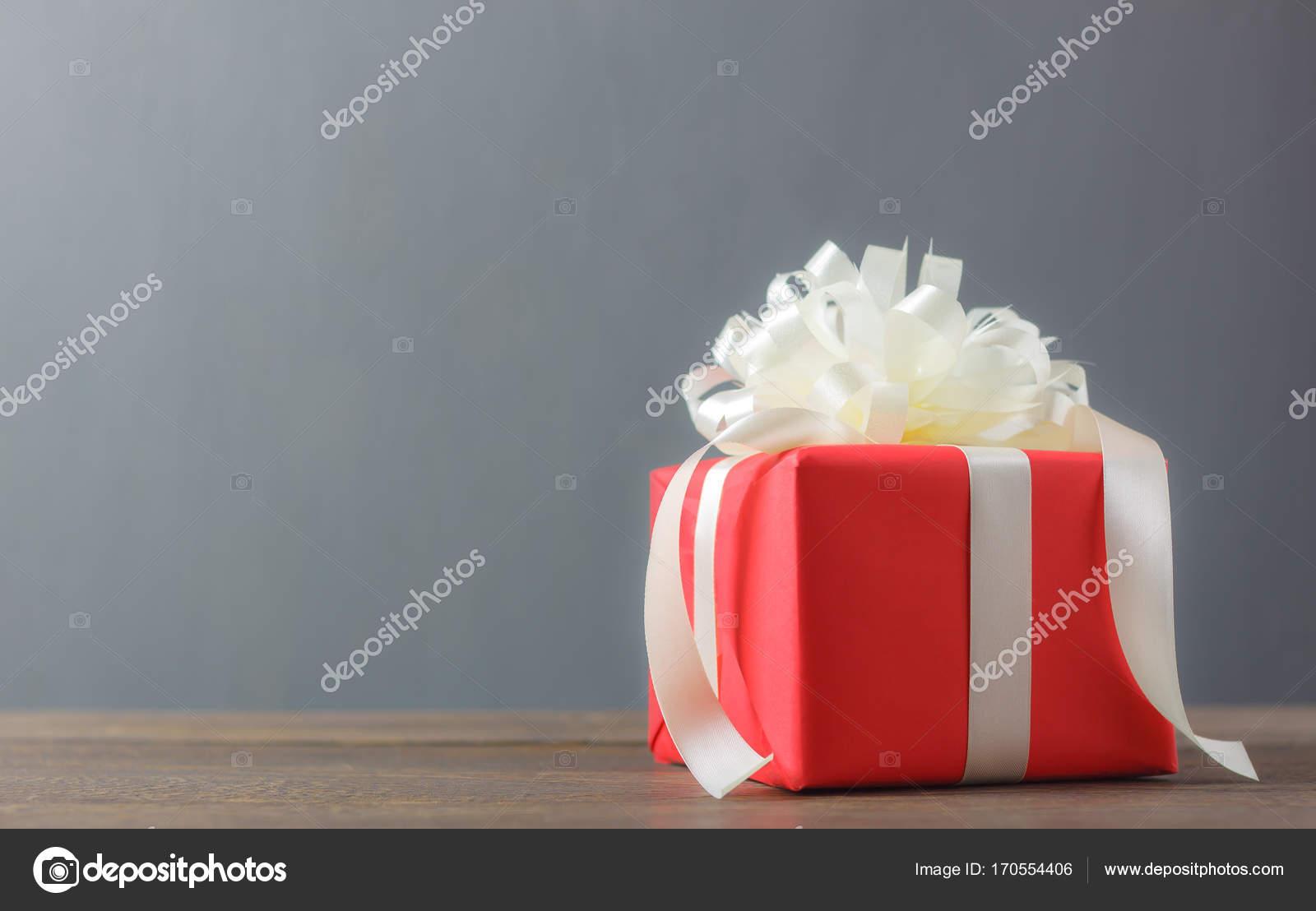 Roten Geschenk-Box und White bow mit ribbon.accessories frohes neues ...