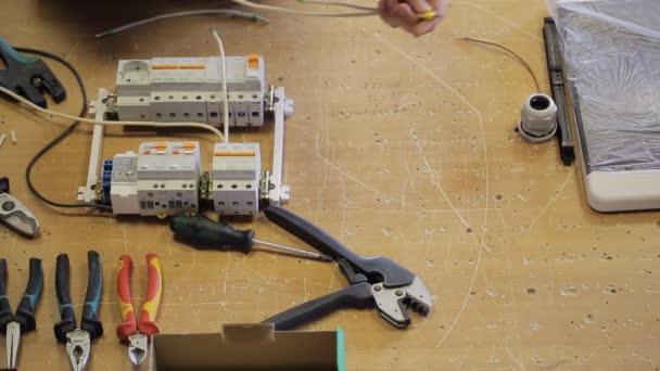 Mannhände abdrehen weißen Drähte aus Leistungsschalter mit ...