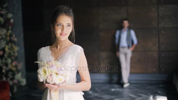 Nevěsta v bílých šatech šaty čekání na ženicha v den svatby vnitřní