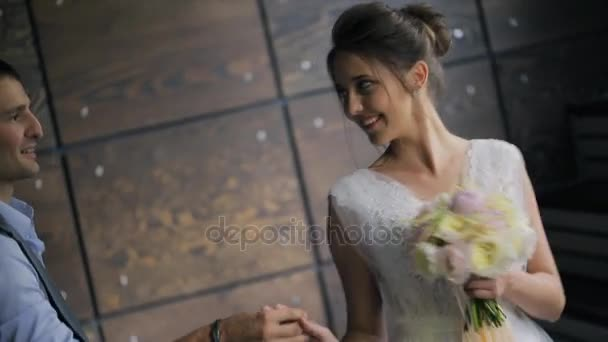 Nevěsta a ženich, drželi se za ruce na focení uvnitř