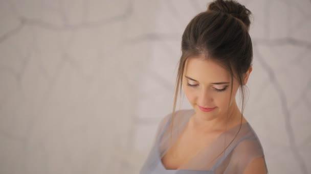 Krásná mladá dívka s svatební kytice, close-up shot