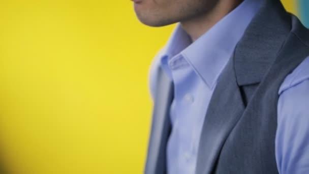 Uomo attraente che corregge il colletto della camicia azzurra cielo, primi piani