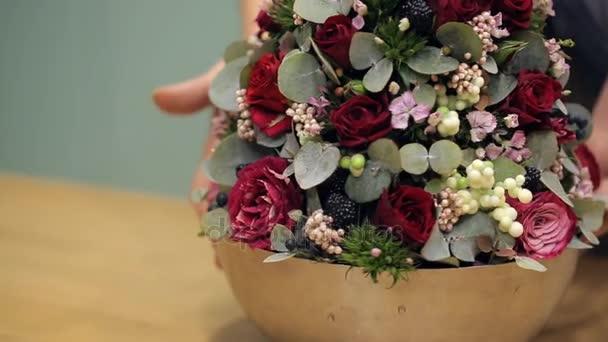 Vértes friss virág elrendezése egy acél kivitel forgó tál