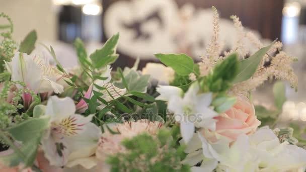 Schönen magischen Blumenstrauß liegt am Tisch hautnah, Hochzeit Vorbereitung